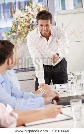Empresário fazendo negócios apresentação na sala de reuniões, sorrindo.