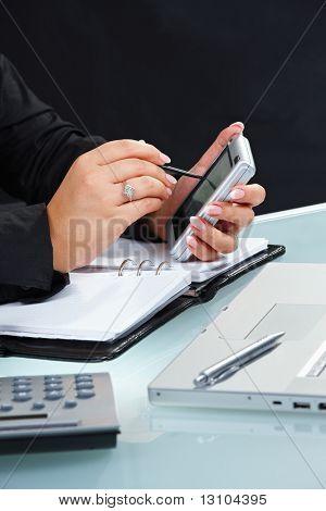 Feminino mão usando o computador portátil de tela de toque.