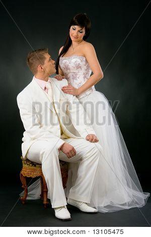 Porträt des Hochzeitspaar. Braut trägt romantische weiße Hochzeitskleid, neben Bräutigam im whi