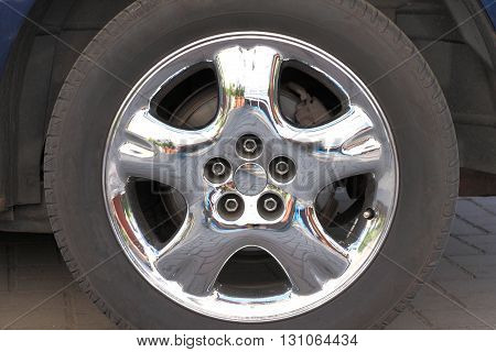 Shiny chrome & aluminum rim automobile wheel