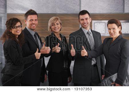 Porträt von glücklich Geschäftsleute stehen im Büro zeigt OK Zeichen, lächelnd.
