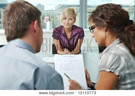 Attraktive Frau Klägerin nach Vorstellungsgespräch in gute Ergebnisse hoffen. Über die Schulter-Blick.