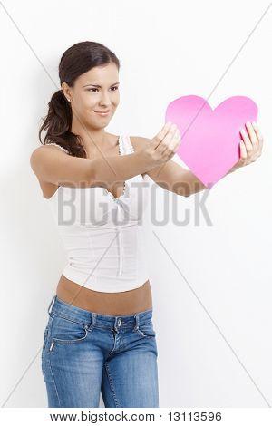 ¿Mujer sexy en el amor, con corazón de papel, sonriendo alegremente.?