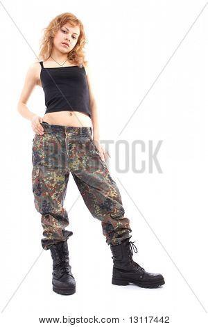 Schuß von einem schönen Mädchen halten Pistole. Uniform entspricht den besonderen services(soldiers) von der Nato-cou