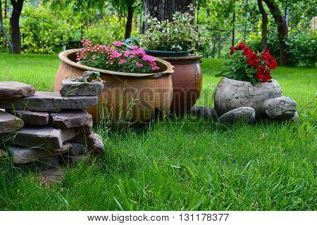 Садовые фигуры, цветы в горшках, ландшафтный дизайн