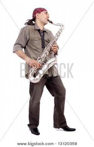 Un hombre tocando su instrumento de viento con expresión.