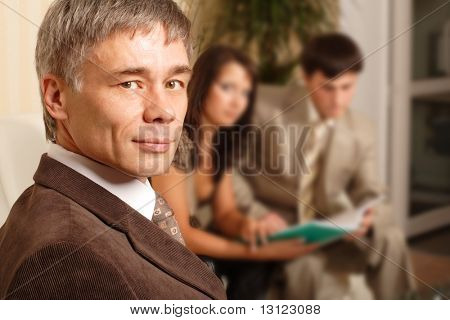 Grupo de pessoas de negócios, trabalhando juntos no escritório.
