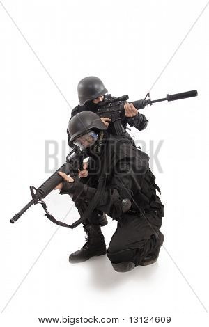 Disparo de un soldado sosteniendo el arma. Uniforme se ajusta a services(soldiers) especiales de los países de la OTAN.