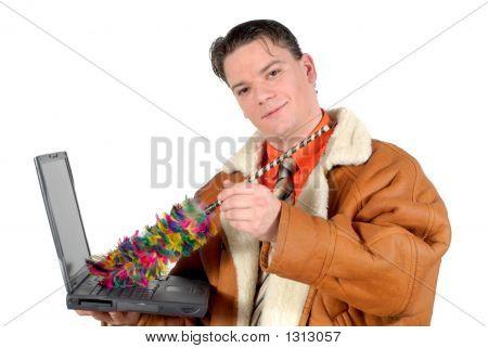 Joven empresario limpieza de Laptop