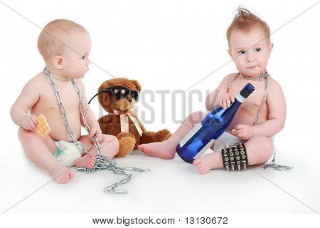 Hermosos bebés de la diversión. Rodado en estudio. Aislado en blanco.
