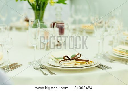 Wedding guest table setting with fresh flowers in brown tones.