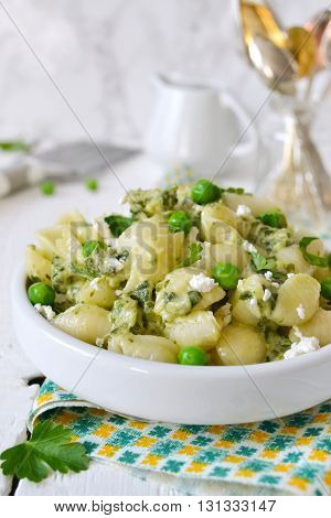pasta with cheese spinach and green peas