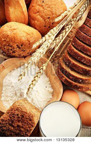 Ingredientes para hornear, la leche y la pastelería aislado sobre fondo blanco