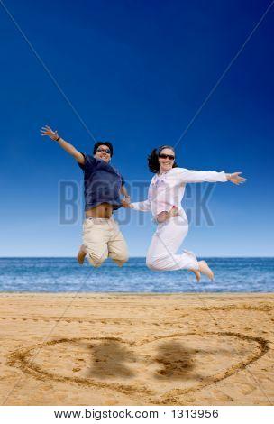 Strand paar springen der Freude