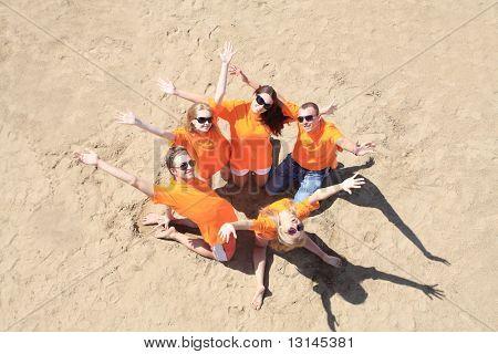 Fröhliche junge Menschen Spaß am Strand. Tolle Sommerferien.