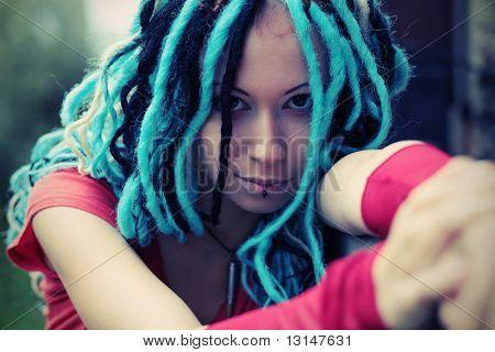 Retrato de uma jovem elegante com dreadlocks.