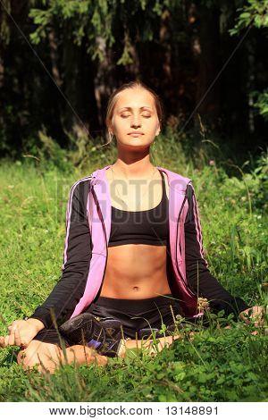 Junge Frau mediteran outdoor, Stille.