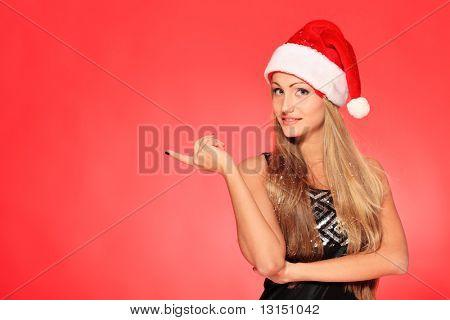Retrato de uma jovem bonita, vestindo roupas de Natal sobre fundo vermelho.