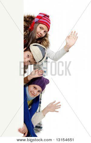 Gruppe von Teenagern in warme Kleidung Tafel schauen.