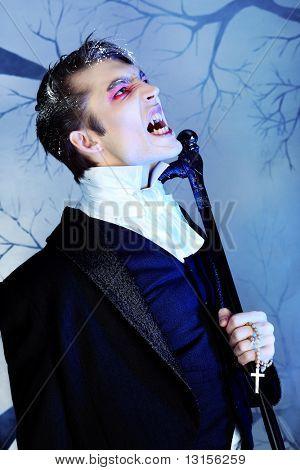 Retrato de un hombre joven guapo con maquillaje estilo de vampiro. Rodada en un estudio.