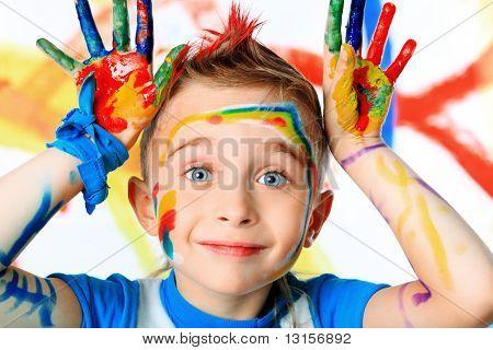 Retrato de un niño hermoso disfrutando de su pintura. Educación.