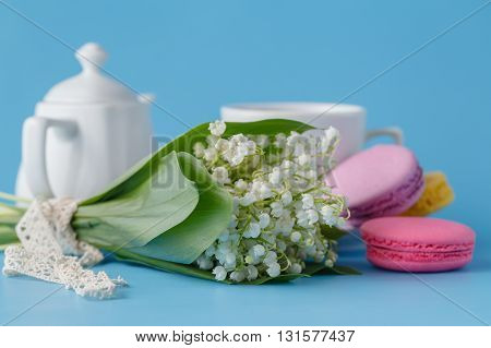 Kettle and cups with white spring flowers