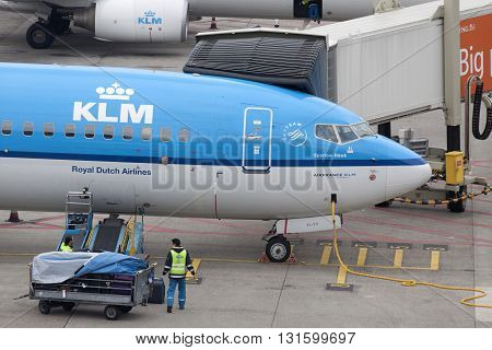 Amsterdam, the netherlands - March 15, 2015 : KLM boeing 737 is prepared and loaded by loading people for a new trip