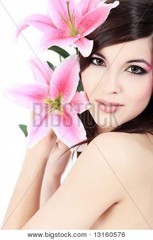 Schuss eine junge schöne Frau mit Blumen eine Lilie. Isolated over white Background.