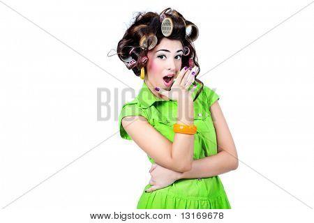 Toma de una ama de casa mujer graciosos vestidos con estilo retro.