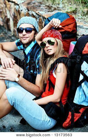 Pareja de turistas haciendo su viaje en las montañas.