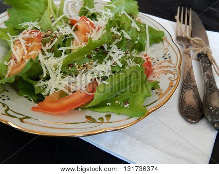 Salad of lettuce with tomatoes and grated cheese