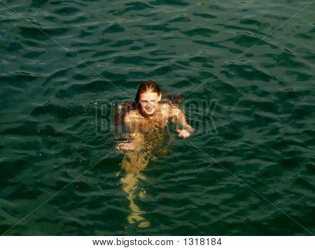 junge nackte Frau im Meer