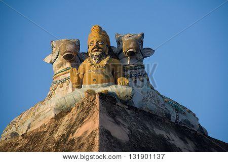 Statue of Muni in blessing posture flanked by two Nandis at Arunachaleshwara Temple in Tiruvannamalai Tamil Nadu India Asia