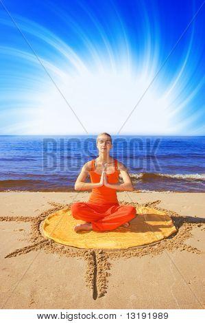 Schönes mediteran Mädchen am Strand
