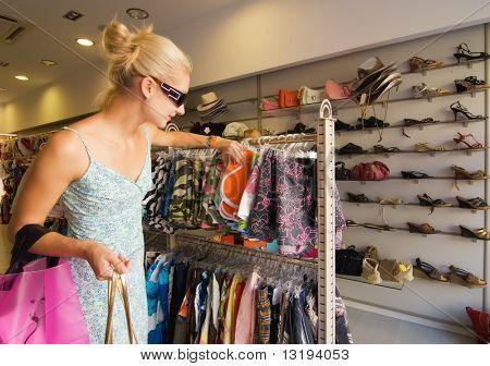 Blong menina comprar roupas em uma loja