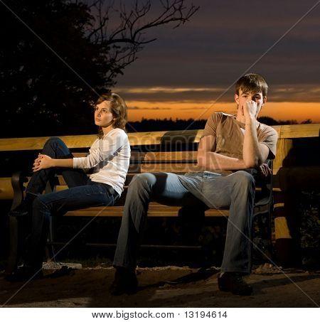 Junges Paar im Widerspruch zu einander