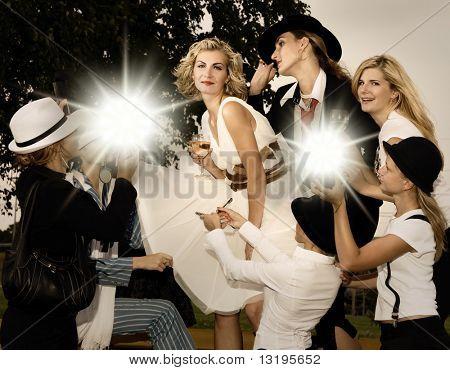 Schönes blondes Mädchen und viele Fans um sie herum