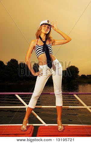 Sexy Mädchen auf einer Yacht bei Sonnenuntergang