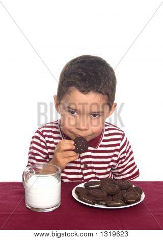 Junge mit Schokolade Sandwich Cookies und Milch