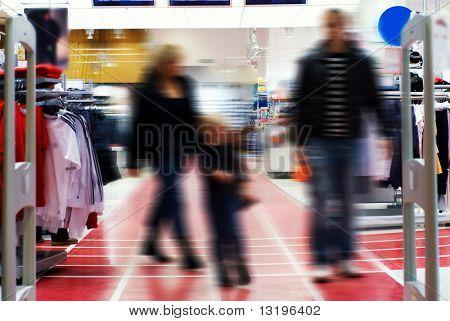 Familie im Einkaufszentrum