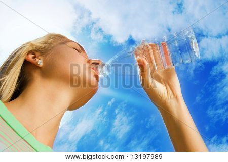 Bela garota loira bebendo água