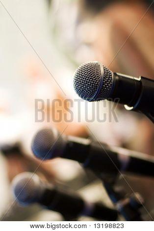 Mikrofon auf abstrakten Hintergrund jedoch unscharf (shallow DoF)