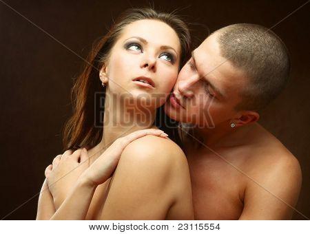 Closeup retrato do jovem casal apaixonado no amor sobre fundo escuro