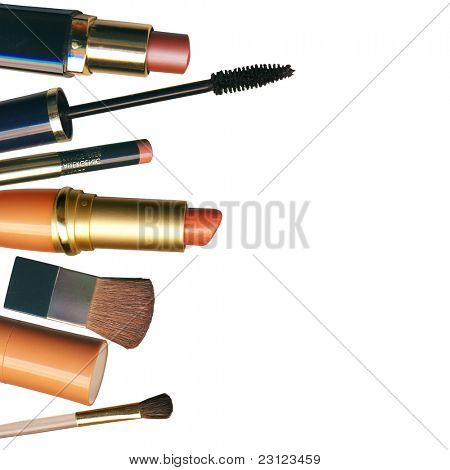 Make-up Pinsel und Kosmetika, auf einem weißen Hintergrund isoliert mit Beschneidungspfad