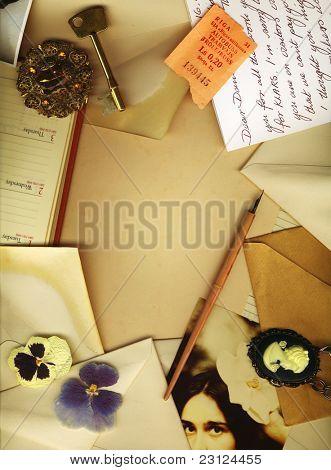 Fundo vintage com velhas cartas, flores secas, uma chave, cartões postais e fotografias