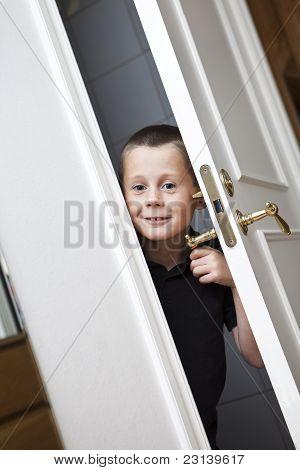 Niño por la puerta