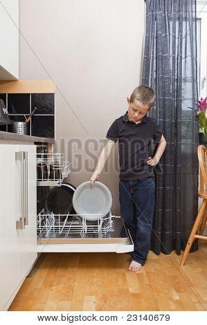 Joven por el lavavajillas