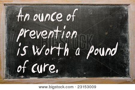 """""""Una onza de prevención vale una libra de curación"""" escrito en una pizarra"""