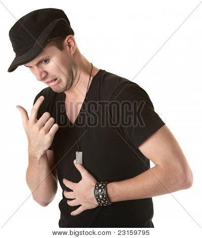 Hombre con malestar estomacal