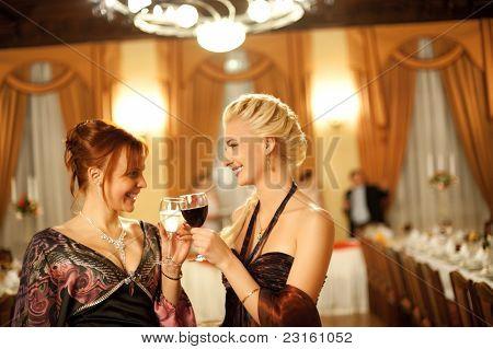 Dos señoras atractivas en un partido